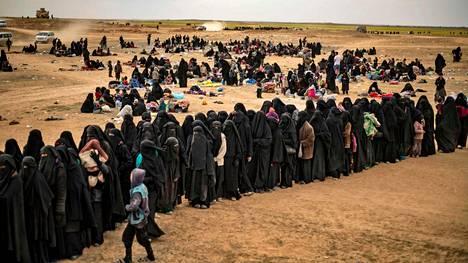 Naisia ja lapsia Baghuzin lähistöllä pakolaisleirillä, jonne on viime päivinä paennut paljon ihmisiä Isisin alueelta.