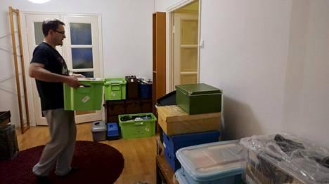 Mies kantoi muuttolaatikoita asuntoon Helsingissä 28. marraskuuta 2019. Vuokra-asunnoista on tällä hetkellä paikoin jo ylitarjontaa.