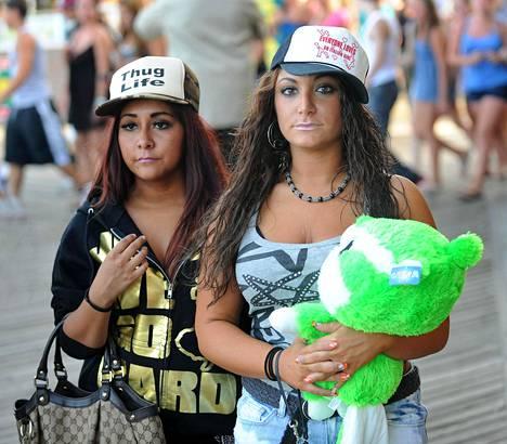 """Snooki ja Deena kutsuivat itseään """"lihapulliksi"""" pitäessään hauskaa Jersey Shoressa. Ystävykset huvipuistossa vuonna 2010."""