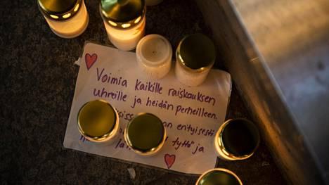 Kauppakeskus Valkean eteen on tuotu kynttilöitä raiskauksen uhreille.