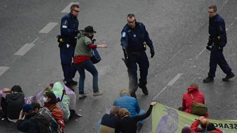 Poliisi hajotti väkijoukon voimakeinoin käyttämällä kaasusumutetta.