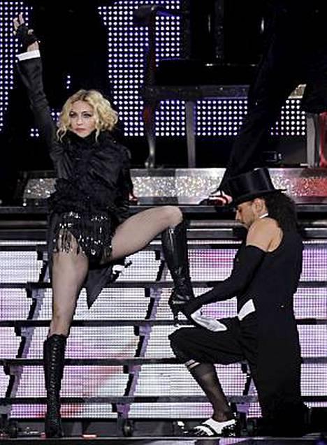 Madonna yrittää pehmentää itseään parisuhteissa.