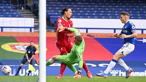 Virgil van Dijk loukkaantui, kun hän ja Evertonin veräjänvartija Jordan Pickford törmäsivät.