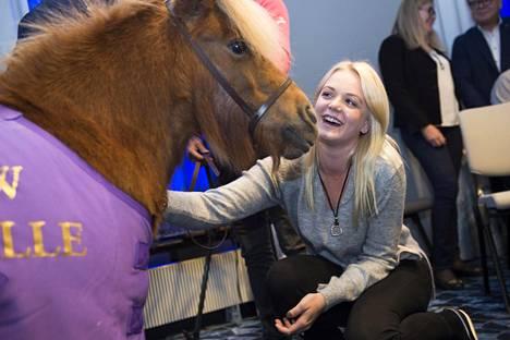Hevosrakas Emilia teki tiistain lehdistötilaisuudessa tuttavuutta pienen ponin kanssa.