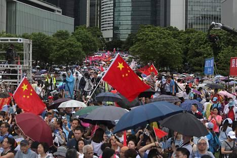 Kiinan liput liehuivat puistossa järjestetyssä vastamielenosoituksessa.