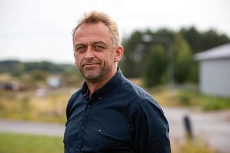 Markus Lahtela on Tukku-Immonen oy:n toimitusjohtaja. Hänen firmansa sijaitsee ampumapaikasta vain vajaan sadan metrin päässä. Hän yritti päästä teollisuusalueelle jo tapahtumayönä, mutta poliisi oli eristänyt sen.