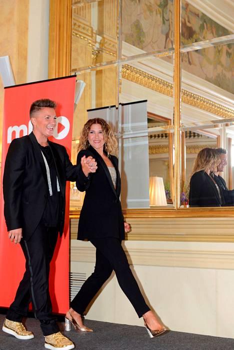 Ex-nyrkkeilijä Elina Gustafsson ja tanssinopettaja Ansku Bergström astelivat median eteen toisiaan käsistä pitäen.