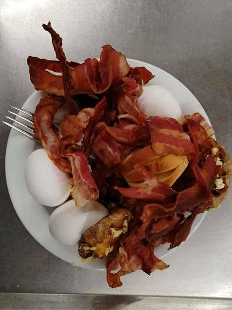 Koivuniemi kuvasi kahtena aamuna asiakkaiden jättämiä ruokia.