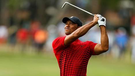 Tiger Woods villitsi yleisön täydellisellä putillaan – oli erittäin lähellä turnausvoittoa