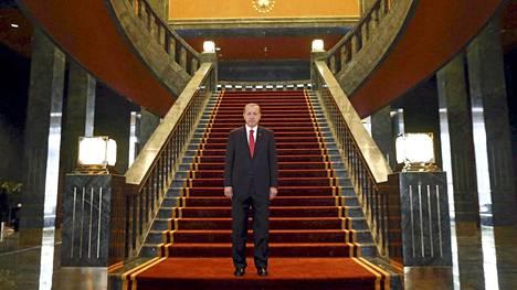 Turkin presidentti Recep Tayyip Erdogan poseerasi palatsissaan maan kansallispäivänä keskiviikkona.