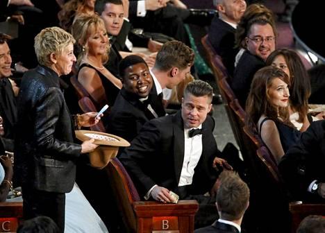 Juontaja Ellen DeGeneres kiersi yleisössä keräten rahaa pizzatilauksen maksua varten.