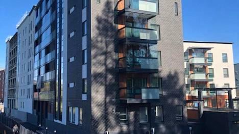 Kauniaisissa sijaitsevan Koivuhovin asuinkorttelin asukkaat ovat vihaisia Postin päätöksestä muuttaa osoitteen postinumeron nimiosa Espooksi.