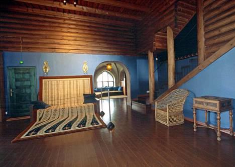 Kirkkonummen Hvitträskissä kolmen arkkitehtiparin huvilassa oli draamaa, kun Eliel Saarisen ex-vaimo päätyi yhteen Herman Geselliuksen kanssa, jonka sisko oli mennyt kimppaan Saarisen kanssa.