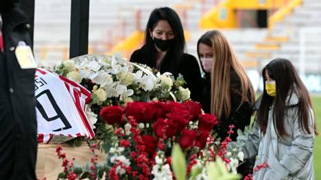 Paolo Rossin perheenjäsenet jättivät jäähyväiset rakkaalleen.