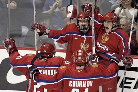 Nikolai Lemtjugov (takana oik.) juhlii maalia 20-vuotiaiden MM-kisoissa vuonna 2006.