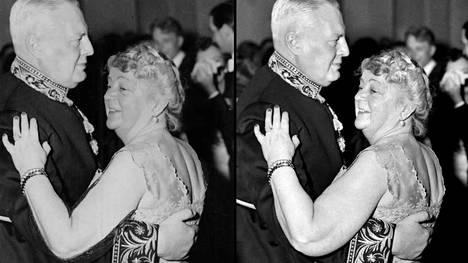 Alli Paasikivi Linnan juhlissa 1953 yhdessä Hollannin lähettilään Jan Thordor van der Vlugtin kanssa. Vasemmalla käsitelty kuva, oikealla aito kuva.