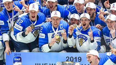 Leijonat juhli MM-kultaa kaksi vuotta sitten Bratislavassa. Nyt leijonafanien kisakuume kaatoi Jääkiekkoliiton nettisivut.