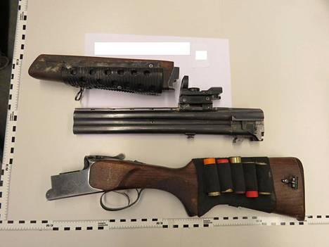 Poliisi takavarikoi huomattavan määrän ampuma-aseita ja ampuma-aseiden osia, kuten kuvassa olevan Baikal-haulikon.