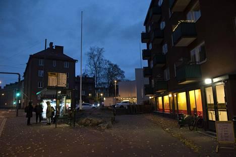 Nuoren miehen kuolemaan johtanut henkirikos tapahtui Mäkelänkadun ja Päijänteentien risteyksessä Helsingissä, Alepan edustalla. Poliisin mukaan tapaukseen liittyy huumeiden ostaminen.