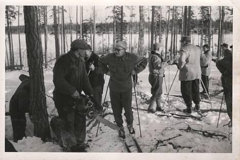 Kansiossa oli myös talvisia kuvia. Hiihtävä Kekkonen tapasi metsurin, mutta kenet ja missä?