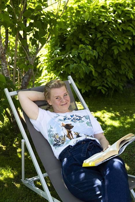 Veera rentoutuu hyvän romaanin parissa.