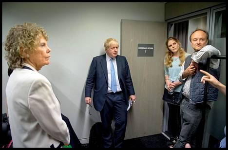 Dominic Cummings johti Vote Leave -kampanjaa. Kesäkuussa 2016 otetussa kuvassa keskellä Boris Johnson.