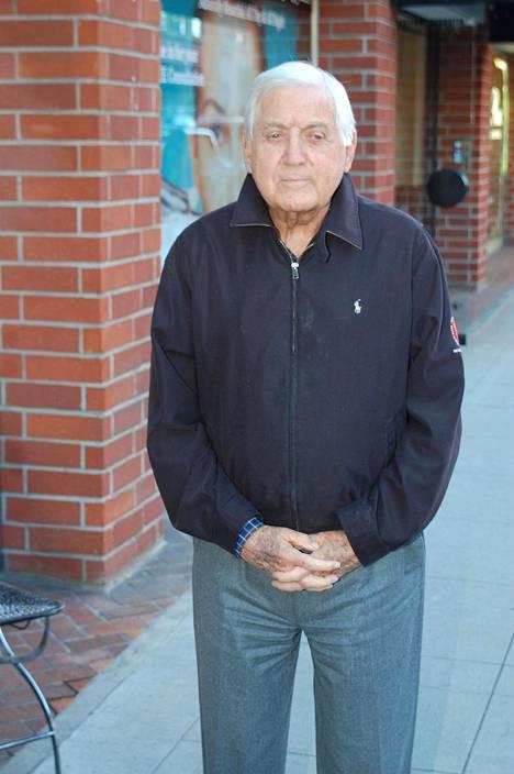 Monty Hall kuvattiin kävelemässä kadulla Los Angelesin Beverly Hillsissä vuonna 2011. Hall kertoi, että on ollut naimisissa vaimonsa kanssa jo 63 vuotta.