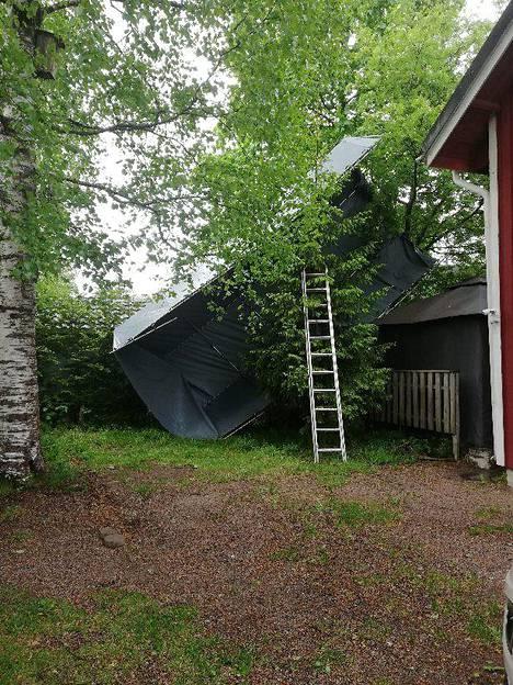 Onni oli matkassa, sillä teltta säilyi ehjänä.