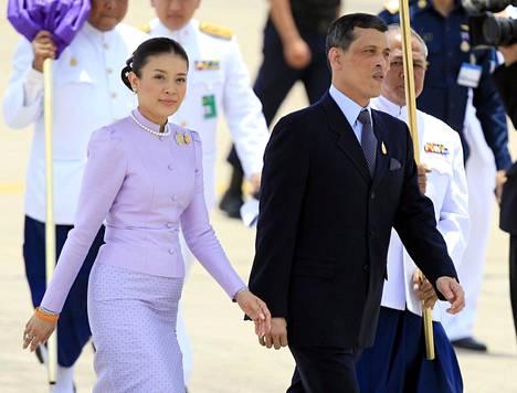 Kruununprinssi Maha Vajiralongkorn vuonna 2006 yhdessä silloisen puolisonsa prinsessa Srirasmin kanssa.