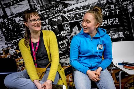 Heidi Laari ja Karoliina Sorvari työskentelevät nuorisonohjaajina Pohjois-Espoossa. He uskovat, että yksi syy levottomuksiin on se, ettei Kalajärvellä oikein ole nuorisolle paikkoja, missä viettää aikaa.