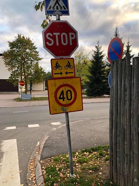 Stop-merkin kohdalta ei näe kunnolla risteysaluetta. Kuva on lukijan ottama.