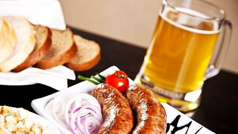 Olut maistuu makkaran kanssa, mutta oluita kannattaa yhdistellä rohkeasti myös muihin ruokalajeihin.