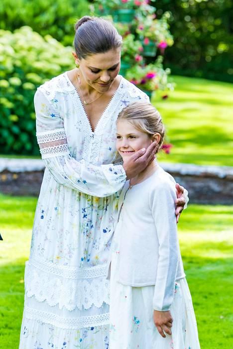 Victoria silittää tyttärensä Estellen poskea.