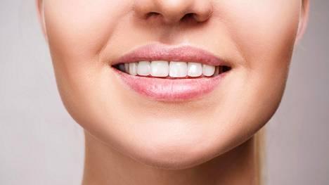 Runsas kahvin, punaviinin ja teen juominen sekä tupakointi tummentavat hampaita.