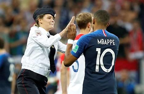 Ranskan Kylian Mbappe suostui antamaan poliisiksi pukeutuneelle aktivistille ylävitoset.