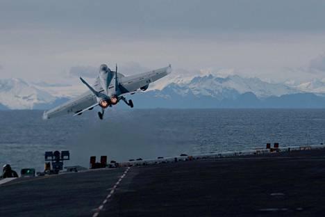 F/A-18F Super Hornet -hävittäjä nousi ilmaan lentotukialus Theodore Rooseveltilta sotaharjoituksessa Alaskan edustalla kaksi viikkoa sitten.