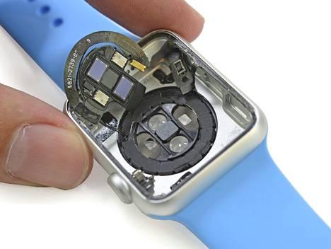 Tältä näyttää Apple Watch, kun se on purettu hallitusti. Iskun jälkeen syntyy pahempaa jälkeä.