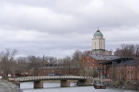 Suomenlinnan kirkko ja majakka.