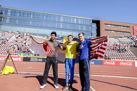 Armand Duplantis tuuletti Ruotsin lipun kanssa Tampereella 2018 voitettuaan alle 20-vuotiaiden maailmanmestaruuden.