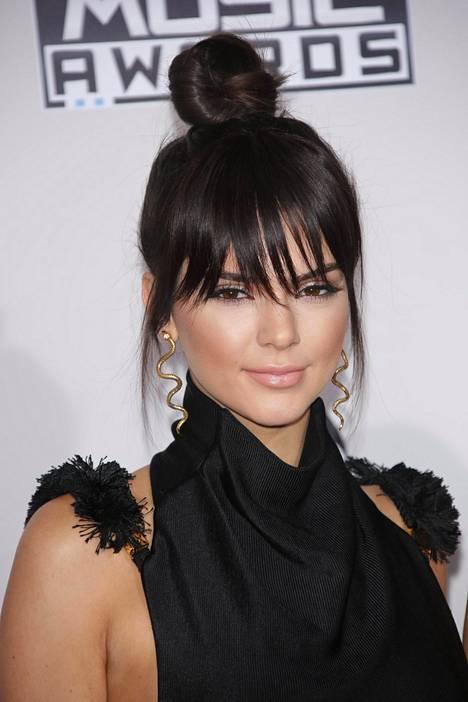 Vertauksia Jennerin toiseksi nuorimpaan tyttäreen Kendalliin satelee kommenttikentässä. Naista kehutaan saman näköiseksi myös toiseksi vanhimman tyttären, Kim Kardashianin, kanssa.