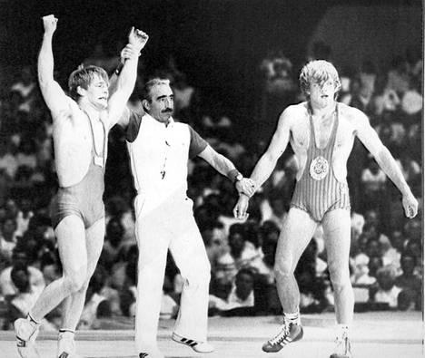 Jouko Salomäki tuulettaa olympiakultaa Los Angelesissa 1984. Hän voitti Ruotsin Roger Tallrothin loppuottelussa 5–4.