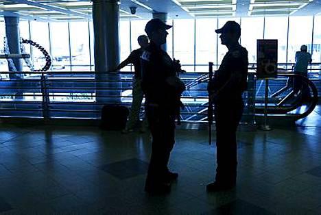Poliisit tarkkailivat John F. Kennedyn lentokentällä.