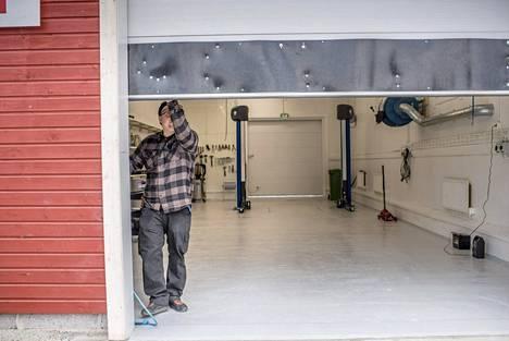 Loppukeväällä Näätämössä avasi myös autokorjaamo, joka oli vielä toukokuun lopussa puhdas kuin leikkaussali. Tomi Talvitie sulkee hallin oven.