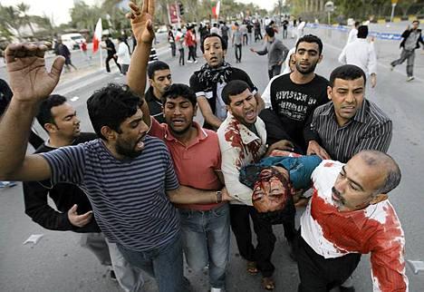 Ainakin kuusi ihmistä on kuollut ja satoja haavoittunut yhteenotoissa Bahrainissa.