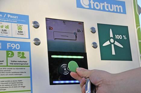 Fortumin Charge and Drive -latausverkoston kaikki sähkö on tuotettu tuulivoimalla. I-Pacea voi ladata tehokkaimmillaan jopa 100 kWh:n teholla. Uusia suurteholatausasemia kaivataan vielä lisää.