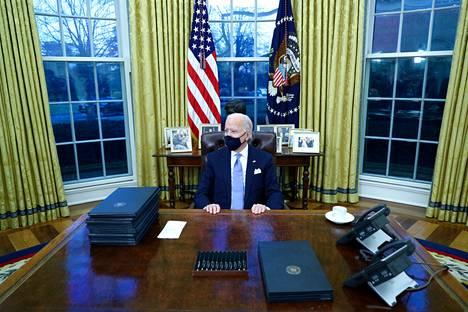 Presidentti Joe Biden pääsi virkaanastujaisten jälkeen tutustumaan uuteen työhuoneeseensa.
