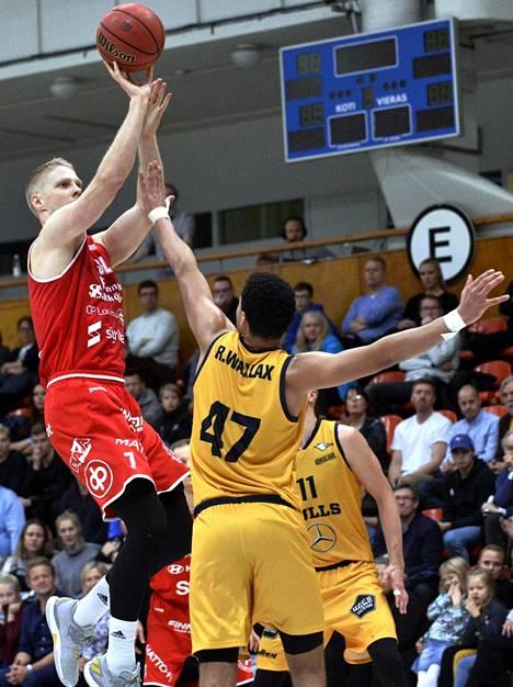 Vilppaan Juho Nenonen pelaa uransa parasta koripalloa. Tässä lähti heitto Seagullsia vastaan marraskuussa.