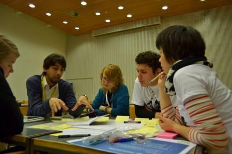 Asim Alvie (toinen vasemmalta) ideoimassa tiiminsä kanssa.