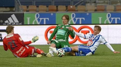 IFK Mariehamnin Petteri Forsell (kesk.) taisteli pallosta HJK:n puolustuksen kanssa,