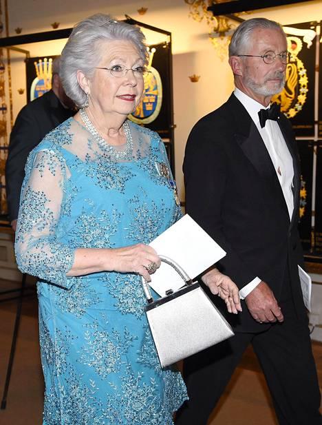 Kuninkaan sisar, Prinsessa Christina, säväytti voimakkaassa turkoosissa. Hän saapui juhlaan yhdessä miehensä Tord Magnusonin kanssa.
